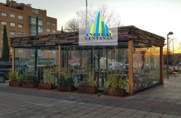 Terraza exterior con cortina de cristal y techo móvil
